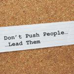 Por qué para liderar un equipo debe dejar de estar controlando a las personas todo el tiempo