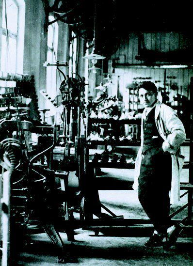 Adi Dassler en su fabrica Adidas