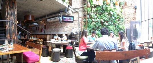 Interior de un local del Club de la Milanesa en Buenos Aires.