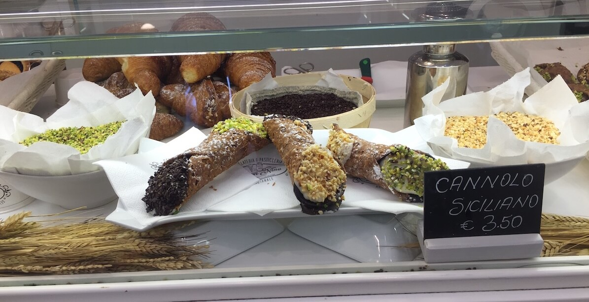 Cannolo Siciliano Pasteleria Don Nino exhibicion