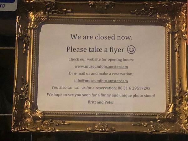 MuseumFoto Estamos cerrados tome un flyer