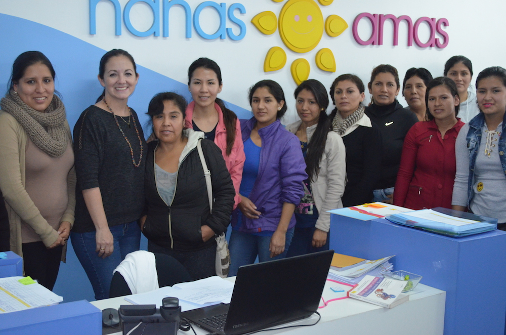 NANAS & AMAS FOTO OFICINA CON EQUIPO Y REPRESENTANTES