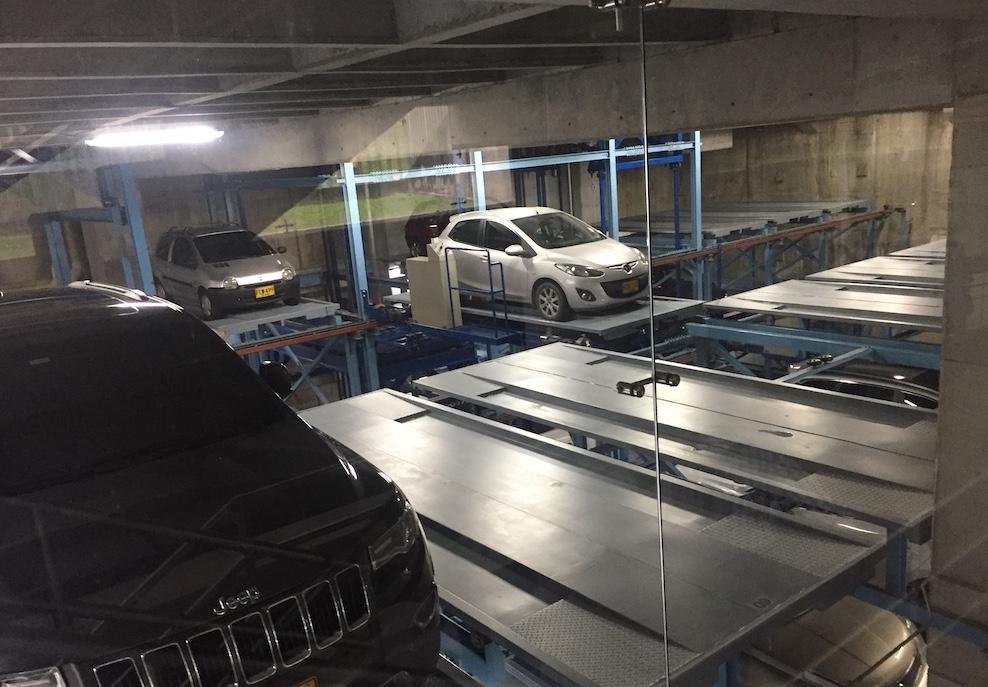 Vista interna del estacionamiento LCH