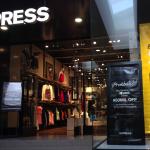 Nuggets de Mercadeo:  Express, descuento por probarse unos jeans genera prueba de producto