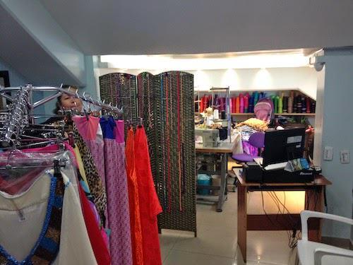 La cliente selecciona el diseño, la talla de cada pieza y la tela en la que quiere su vestido de baño.